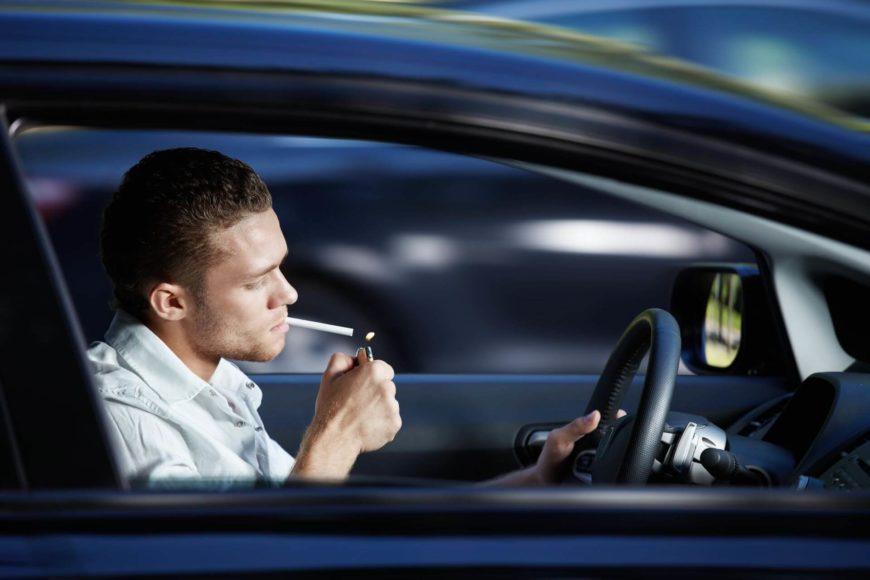 Fumare alla guida è vietato?